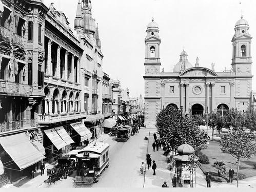 Vista parcial de la Ciudad Vieja, en las inmediaciones de la Iglesia Matriz, alrededor de 1900