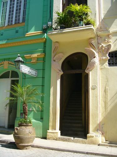 有長腳鶴裝飾的門