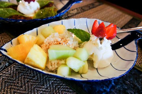 Thai's Fruits and coconut rice with ice cream ข้าวเหนียวผลไม้