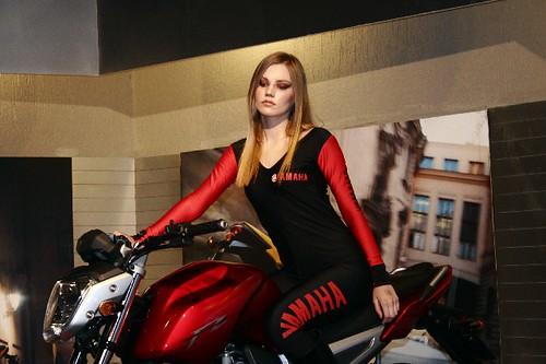 Mulher de macacão em moto, gostosa na moto,woman on bike, babes on bike,women in overalls on bike
