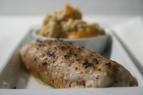 pesce profumato alla cannella con hummus all'arancia