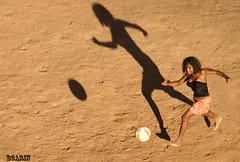 AGRADECIMENTOS aos amigos.... (Boarin) Tags: sol pessoa mulher campo bola menina futebol suor flutuando jogadora terrão
