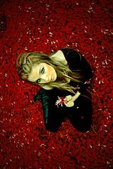 (Miss C*) Tags: flores girl lluvia rojo rubia campo paraguas interesante mistery luzazul luzroja cuelo mrpan sygvie