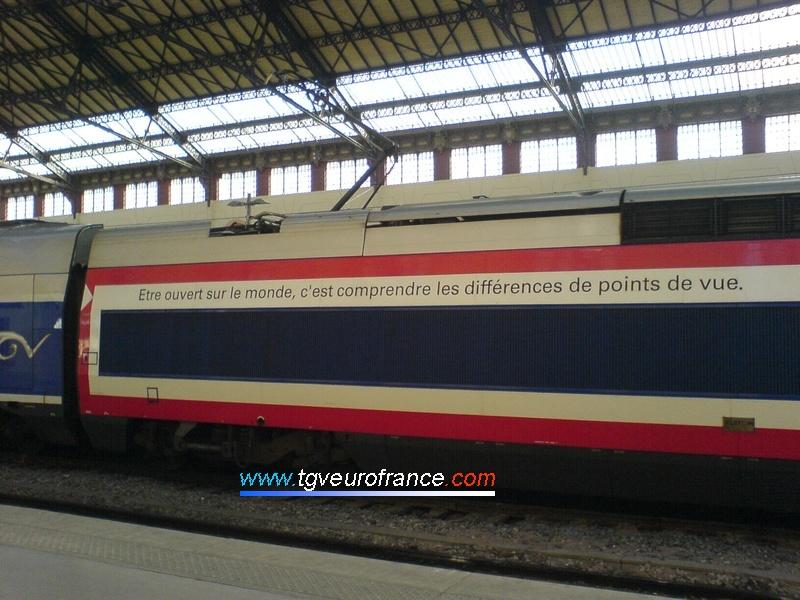 Détail de l'inscription du pelliculage HSBC sur une rame TGV Duplex