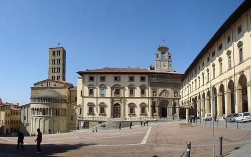Arezzo, Piazza Grande, con Palazzo della Fraternità dei Laici, Loggia Vasari e Pieve di Santa Maria.