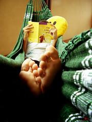 nada como uma rede... (alineioavasso™) Tags: feet reading book read smilie livro pé rede tanaka