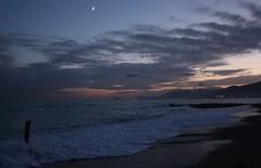 Tra un acquazzone e un altro..questo.. (*Elliot*) Tags: tramonto nuvole mare liguria luna onde temporale romantica schiuma mareggiata postemporale