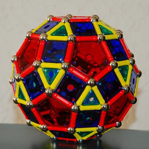 Rhombicosidodecahedron por ! Polyhedra !.