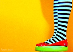 Cold leg (Honey Pie!) Tags: colors socks fairytale cores dorothy shoes moments oz stripes ameliepoulain redshoes meias medias thewizardofoz listras poulain highsocks kneehighsocks sapatilha mágicodeoz améliepoulain asortafairytale rayadas contodefadas listradas meiaslistradas sapatosvermelhos platinumphoto colorphotoaward wowiekazowie colourartaward listrados stripessocks cybershotdscs650 stripeslegs pernaslistradas