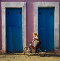 A Entrega do Ch [The Tea Delivery] (Jim Skea) Tags: street pink blue bicycle azul doors cuba bicicleta nikond50 porta rua corderosa remedios jimsk villaclara sigma1020mmf456exdchsm