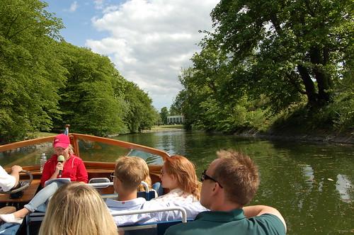 公園内の運河へ
