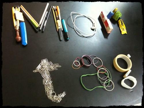 Das Foto zum Montag aus 26 Bürogegenständen, 14 Gummiringerl und zu vielen Büroklammern