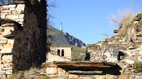 Monasterio de Montes de Valdueza (al fondo, Los Apóstoles)