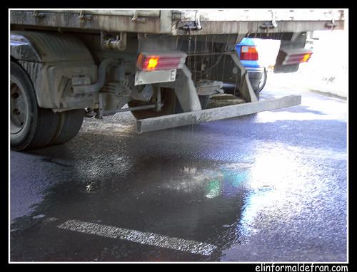 camión con perdidas de líquido