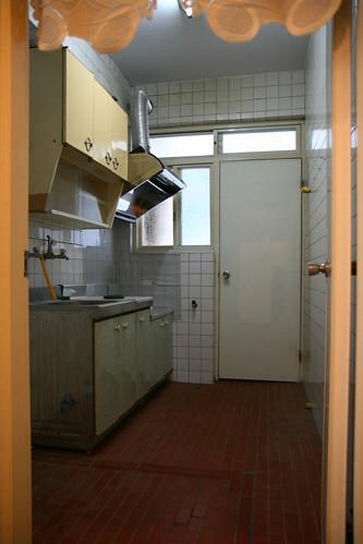 Kelvin&Vivian 拍攝的 精美小廚房,門打開通往後陽台。