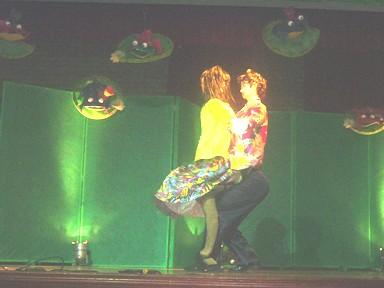 CHE- demostrando su habilidad en el baile