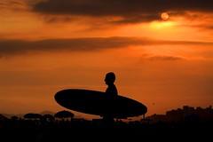 Cool (Luiz Henrique Assuno) Tags: sunset brazil sol praia beach silhouette brasil america canon eos surf riviera chillout silhueta americadosul rivieradesoloureno 40d diaadiabrasileiro licassuncao