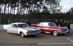 '70 Chrysler 300 Hurst & '60 DeSoto Adventurer (Count Rushmore) Tags: auto red classic cars car club steel rushmore oldtimer 1970 chrysler 300 tac yankee circuit oldtimers exchange desoto count 1960 carpics zolder adventurer carphotography hurst carpictures autopics autofotografie ruilbeurs exchangefair terlaemen clubgathering clubtreffen countrushmore