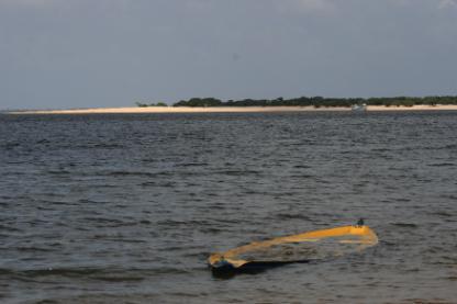 Canoa submersa na praia de Arariá (Santarém, do Tapajós)