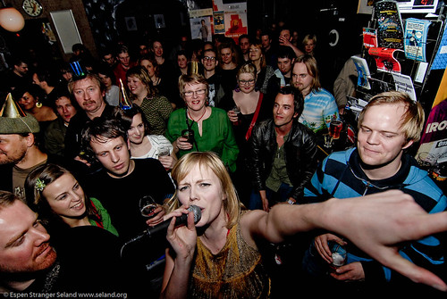 Vibeke Saugestad, The Twistaroos, with audience at Cafe Mono, Oslo