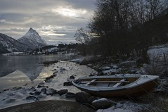 boat - Sykkylven (Geir Drabls) Tags: winter norway bravo beautifullight loveit lowtide reflexions shiningstar sunnmre smrgsbord sykkylven passionphotography straumshornet mywinners enstantane groovygang anawesomeshot superaplus aplusphoto riksheim allnicethink betterthangood halurosdeplata sykkylvsfjorden ithinktisisart midtnorge mreromsdal sunmrsalpane brunstadhornet damniwishidtakenthat