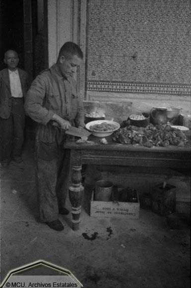 Preparación de comida para los caballos en el Alcázar de Toledo. Foto Erich Andres. Ministerio de cultura. Centro Documental de la Memoria Histórica