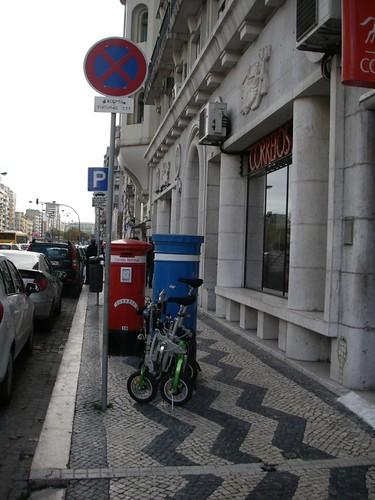 Passeios: lugar para plantar sinais de trânsito para os motoristas, marcos de correio, caixotes do lixo...
