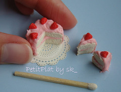 Miniature food - Gteau Anniversaire aux Fraises (PetitPlat - Stephanie Kilgast) Tags: birthday food cute cake miniature handmade polymerclay minifood sk collectible 112 minis dollhouse fakefood dollshouse miniaturefood oneinchscale petitplat stephaniekilgast