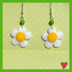 Orecchini margherita fimo glitter - Glitter daisies earrings, polymer clay (*Merylu*  PetiteFraise) Tags: wood white flower verde green yellow glitter daisies handicraft handmade craft jewelry bijoux jewellery polymerclay fimo giallo clay daisy bead earrings etsy sell fiore bianco margherita polymer orecchini
