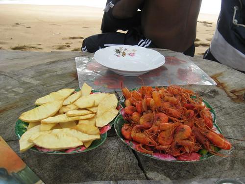 Au menu : crevettes et chips d'arbre a pain
