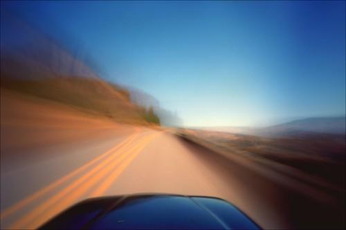 Fotografía del morro de un vehículo visto desde la posición del conductor, la imagen se ve muy borrosa dando sensación de velocidad