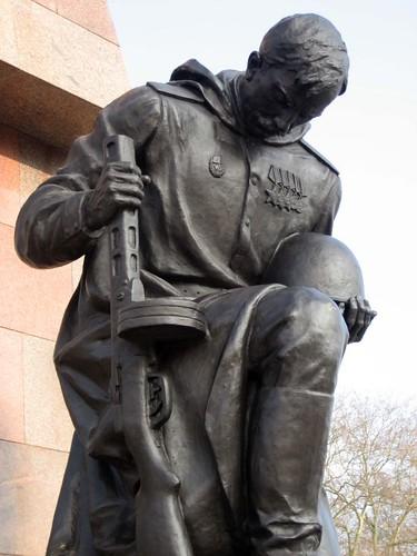Russischer Soldat senkt das Haupt vor den Opfern
