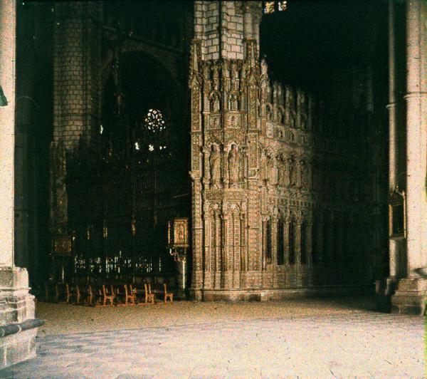 Vista del interior de la Catedral de Toledo . Autocromo tomado hacia 1913
