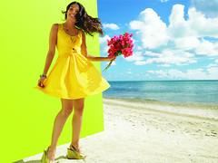 [フリー画像] [人物写真] [女性ポートレイト] [ラテン系女性] [ドレス] [花束] [ビーチ/海辺]     [フリー素材]