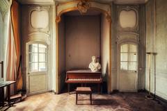 Leçon de piano (Photonirik) Tags: urbex decay urban exploration oblivion abandoned abandonné oubli forgotten ue château castle