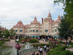 Disneyland Hotel, Disneyland Resort Paris. (joshedwards) Tags: france nikon victorian disney photograph coolpix safe eurodisney 2007 hoteldelcoronado disneylandparis disneylandresortparis disneylandhotel nikoncoolpix dlrp marnelavallee coolpixl1 grandvictorian nikoncoolpixl1 wimberlyallisontonggoo disneylandresortparis15thanniversary 15thanniversarycelebration