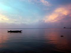 Baignade !!! (Romain [ apictureourselves.org ]) Tags: sea sky cloud mer reflection sunrise geotagged polynesia boat tai reflet ciel ao nuage bateau wallis motu couleur pirogue oceania vaka polynesie oceanie ilot wallisandfutuna sonydsch9 uvea wallisetfutuna