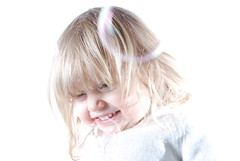 Bulles de savon (s'ansas) Tags: portrait smile onwhite sourire sansas