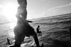 Lekande barn vid strandkanten
