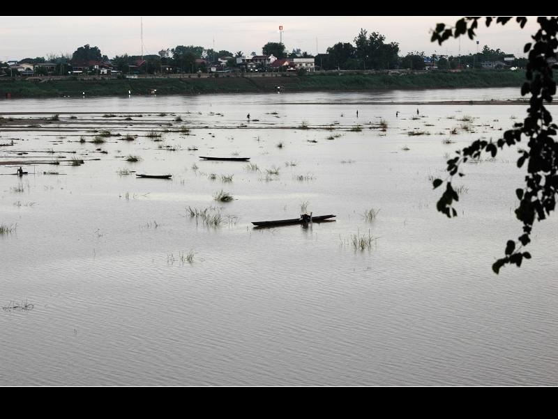 湄公河畔。水上人家