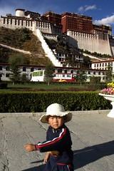 2007-10 Tibet 066 (blogmulo) Tags: travel kid october religion buddhism palace tibet viajes tibetan lhasa potala pilgrimage kora pilgrim 2007 aplusphoto diamondclassphotographer flickrdiamond blogmulo culrure