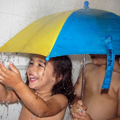 Bao al seco (arepera) Tags: antonio valentina ducha shower child children ninos nino nina nio nios nia sombrilla paraguas umbrella agua water gota gotas drop drops fun divertido divertida diversion alegre feliz riendo sonriendo happy joy joyful smiling laughing