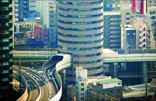 钉子户大楼5-7层就是阪神高速公路