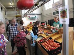 Helene buys tomatoes