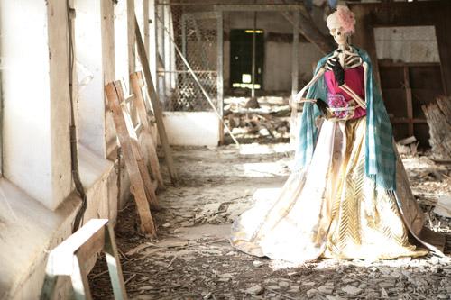 Susana de rave en el gallinero contempla como el sol hace su aparición tras una noche de locura y luce faldas y guantes de Miguel Crespí, cinturón Loewe, pañuelo azul turquesa Sisley y tocado rosa de Nilataranco.