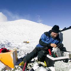 科學家進入南極洲,以研究氣候變化。圖片節錄自:George Steinmetz/Corbis。