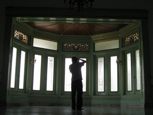 Turis dari Belgia memotret jendela di Istana Mangkunegaran yang diberikan oleh pemerintah Belgia sebagai tanda persahabatan.