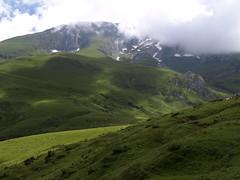 Col d´Aubisque (Asun Idoate) Tags: pirineo gourette francia aquitania ovejas vacas bruma nieve rocas paisaje praderas verde nubes ruby3