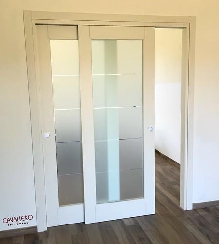 Porta interna pantografata scorrevole a vetro satinato