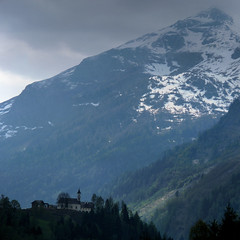 Salchegg-Kapelle nestled amid the imposing Alpine mountains (Bn) Tags: panorama mountain snow alps salzburg nature bike race geotagged cycling austria goldberg topf50 tour mountainbike glacier alpine valley cycle biking gradient pedals mountainbiking impressive gravel bycicle radweg ascending rauris decending unspoilt 50faves cyclepaths wrth kolmsaigurn hohetauernnationalpark rauristal ritterkopf raurisvalley rauriskolmsaigurn 3006m salcheggkapelle geo:lon=12975309 geo:lat=47193943